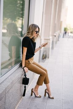 Freshen Up Your Work Wardrobe With These Classic Pieces hello fashion Casual Work Attire, Business Casual Outfits, Professional Outfits, Casual Chic, Business Attire, Business Professional, Summer Business Casual, Young Professional, Fall Fashion Trends