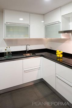 Cocina estilo moderno color blanco, negro diseñado por Estudio Marcos Mela | Interiorista