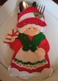 Paso a Paso Como Hacer Porta Cubiertos Navideños Con Patrones Muy Sencillos Felt Christmas Decorations, Felt Christmas Ornaments, Easy Christmas Crafts, Christmas Sewing, Simple Christmas, Christmas Themes, Christmas Stockings, Holiday Decor, Noel Gifts