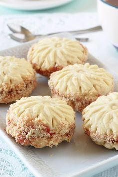Fondant biscuits, plain or assembled in pairs with jam. The dough contains maïzena which gives ultra-melting biscuits to the mouth. Desserts With Biscuits, Köstliche Desserts, Dessert Recipes, Pastry Recipes, Baking Recipes, Cookie Recipes, Biscotti Cookies, Yummy Cookies, Eid Cake