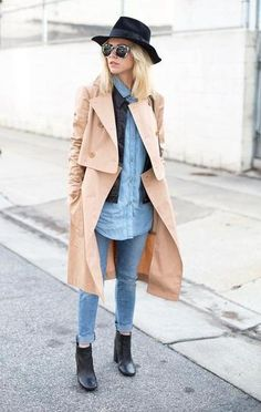 50 Spring Outfit Ideas To Copy - classic trench coat over a chambray shirt, matching cuffed denim + ankle boots. (Posted to LA Winter because.this is winter wear here. Spring Summer Fashion, Autumn Winter Fashion, Spring Outfits, Double Denim, Estilo Denim, Classic Trench Coat, Outfits Mujer, Looks Street Style, Facon