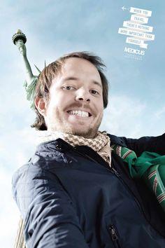 """「失敗した自撮り写真」をクリエイティブに昇華させた旅行アシスタントサービスの広告 セルフィーをテーマにしてアルゼンチンで制作されたシリーズプリント広告をご紹介。クライアントは「Medicus Traveller Assistance」という名の旅行アシスタントサービスです。  自撮り写真にありがちなシチュエーションを上手く広告表現へと昇華させた自由の女神篇です  自分が写真の中心に入ってしまい、背景にあった""""本当は入れたかった景色""""がほとんど入らなかった、という自分を自分で撮る時に起こりがちな失敗をビジュアルにしました コピーは、When you travel, there's nothing more important than yourself.(あなたが旅行をする時、もっとも大切なものは、あなた自身です。) 景色ではなく自分が主役になっている写真を「自分が最も大切」という言い換え「自分の身が一番大切だからもしもの時は旅行アシスタントサービスにおまかせを!」というメッセージを訴求。 社会的なトピック、世の中のトレンドを巧みに表現に取り入れ、目に留まるプリント広告"""