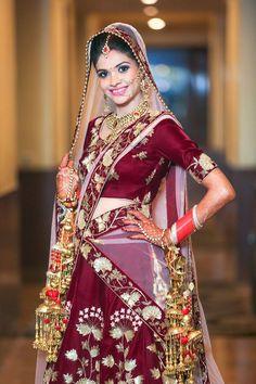 "Photo from Da' Momento Studio ""Wedding photography"" album Hindu Wedding Photos, Indian Bridal Photos, Indian Wedding Poses, Indian Engagement, Engagement Photos, Indian Wedding Couple Photography, Bride Photography, Couple Wedding Dress, Wedding Photoshoot"
