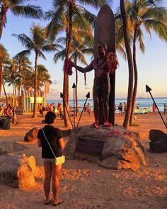 Paying our respect to the Duke #waikiki #honolulu #hawaii #theduke #waikikibeach #kahanmoku #travelgram #latergram #vscocam #vscotravel #surfing #statue