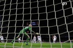 Abbiati contempla inmóvil el primer gol de Leo Messi. Exceso de gol. | FC Barcelona 4-0 AC Milan. [12.03.13]