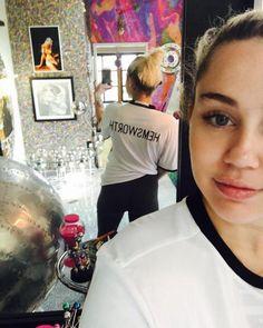 Zukünftige Mrs. Hemsworth? Miley Cyrus trägt ihren Verlobten schon auf dem Rücken.