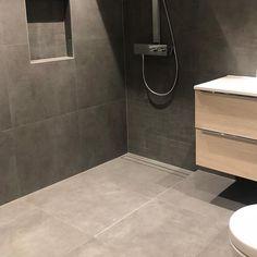 "Purus on Instagram: ""Store fliser også i dusjen. Flott integrert med Purus designsluk! Cred: @miroflisas  #purus #purusdesign #purusnorge #designinspo…"" Tile Floor, Flooring, Bathroom, Aqua, Design, Washroom, Water, Full Bath"