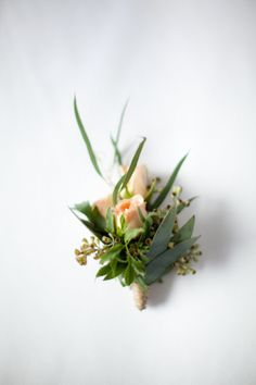 Rustic corsage of spray roses, curly willow and seeded eucalyptus with raffia wrap. Perfect for a rustic wedding or garden styled wedding. Visit www.popsofplum.com to view the rest of this collection