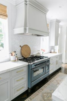 Kitchen Remodeling: Choosing Your New Kitchen Cabinets - Kitchen Remodel Ideas Classic Kitchen, New Kitchen, Kitchen Dining, Kitchen Decor, Kitchen Cabinets, Kitchen Ideas, 10x10 Kitchen, Awesome Kitchen, Kitchen Counters