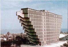 Brutalisme: Het brutalisme is ontstaan in de jaren vijftig. Waar het ontstaan is is niet Duidelijk. Kenmerken van het brutalisme zijn blok-achtige, geometrische en herhalende vormen. Één van de grondleggers van het brutalisme is Ludwig Mies van der Rohe.