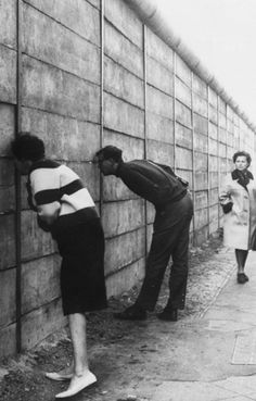 East German Authorities close the border between east and West Berlin and the construction of the Berlin Wall begins .