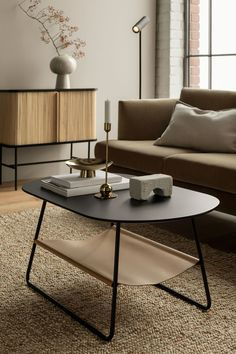 Home Interior Salas Shelved coffee table in a neutral living room HM HOME.Home Interior Salas Shelved coffee table in a neutral living room HM HOME H Und M Home, Hm Home, Espace Design, Muebles Living, Oval Coffee Tables, Coffee Table Styling, Home Remodeling, Living Room Decor, Minimalist Decor