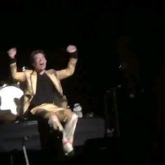 harry styles makes fans sing kiwi LMAO - Harry Styles Gif, Kendall And Harry Styles, Kendall Harry, Harry Styles Dating, Harry Styles Singing, Harry Styles Girlfriend, Harry Styles Fotos, Harry Styles Long Hair, Harry Styles Mode