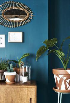 IKEA Deutschland | Grünpflanzen, u. a. CALATHEA Korbmarante, in bemalten Terrakottaübertöpfen