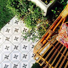 #vives #ceramic #tile #1900 #calvet #desing #hydraulic #cute #fashion #chair #casadecor #madrid #espacio #telva #archilovers #architecture #floor #amazing #beautiful #green #grey Destinations, Italian Tiles, Construction, Eiffel, Terrazzo, Cement, Sweet Home, Flooring, Deco