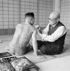Mestre tatuador japones aplicant tècniques ancestrals (Tokyo, 1946)