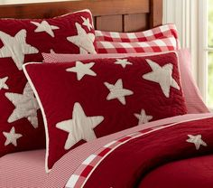 Fun red and white star pillows & bed cover. Christmas Bedding, Christmas Cushions, Christmas Quilting, Red Cottage, White Bedding, Red Bedding, White Pillows, Quilt Bedding, Star Bedding