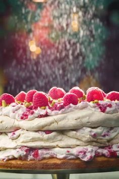 Making Christmas cake - Meringue cake with pistachio and raspberries - recipe - Allerhande - Dessert Recipes Baking Recipes, Cake Recipes, Dessert Recipes, Alice Delice, Meringue Cake, Making Meringue, Pavlova, Raspberry Recipes, Feel Good Food