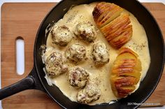 Chiftelute suedeze in sos de mustar - Köttbullar. O reteta de chiftelute cu sos de mustar si smantana, foarte usor de preparat. Cooking For A Crowd, Mince Meat, Ikea, Sausage, Food And Drink, Cooking Recipes, Dishes, Chicken, Breakfast