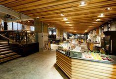 Siguiendo la tendencia de nuevos espacios diseñados fuera de la imagen predeterminada por la franquicia, la cadena americana Starbucks vuelve a sorprendernos con su nuevo punto de venta en Amsterdam diseñado por Liz Muller.