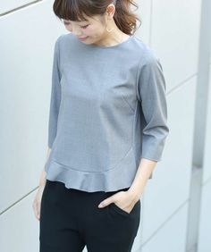 Blouse with hem ruffle and three quarter sleeves Fashion 2017, Fashion Outfits, Womens Fashion, Simple Tunic, Blouse Simple, Sewing Blouses, Mode Top, Inspiration Mode, Linen Blouse