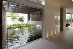 minimalist-amazing-indoor-pond-design-in-modern-home.jpg (800×533)