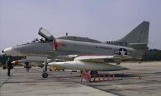 Photographié peu après son évaluation en France, l'A-4M Skyhawk II BuAer 158425 de l'USMC est vu sur la Naval Air Facility d'Andrews, près de Washington. On peut distinguer collés sur l'avion quelques souvenirs de son passage dans l'Aéronautique Navale : sur le nez l'insigne de la flottille 12.F et sur l'épine dorsale celui de la 14.F. (©Frederic Lert via Terry Panopalis)