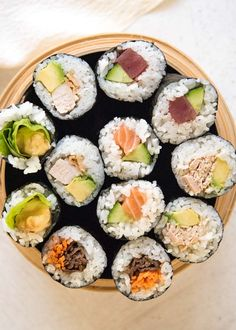 How to make Sushi for Beginners. How to make sushi for beginners: step by step to make maki & california rolls. Special tip on how to make the perfect sushi rice. Making Sushi Rolls, Homemade Sushi Rolls, Making Sushi Rice, Sushi Laden, Sushi Guide, Veggie Rolls, Sushi Roll Recipes, Best Sushi, Recipes