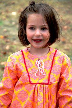 Mädchenbluse  gelb/pink Muster Ornamente    Schmuckborte am Halsauschnitt