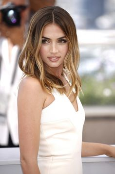 Ana de Armas at the 2016 Cannes photocall for 'Hands of Stone'. Armas Wallpaper, Natural Hair Styles, Long Hair Styles, Medium Hair Cuts, Celebrity Beauty, Beautiful Actresses, Hair Looks, Pretty Hairstyles, Pretty Face
