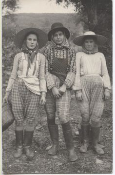 Old Pictures, Old Photos, Vintage Photos, Santiago Do Cacem, Mein Land, Portuguese Culture, Visit Portugal, Folk Costume, Historical Clothing
