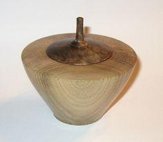 Dose aus naturbelassenem Walnuss-Holz, der Deckel ist als Kreisel gefertigt, außen und innen fein geschliffen, abschließend geölt und gewachst. Die Dose kann zur Aufbewahrung oder einfach nur als...