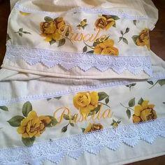 Jogo de toalhas Rosas amarelas, porque é a cor preferida da aniversariante!  Presentes personalizados é sucesso garantido!  #presentes #presentepersonalizado #rosas #aniversários #madrinhas #casamentos #wedding  #dressed #lembranças #handmade #feitoamão #costuras #patchwork