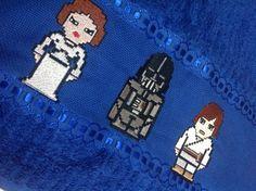 Toalha de Banho bordada à máquina com personagens Princesa Léia, Darth Vader e Luke, de Star Wars.    *Também aceito encomendas de Panos de Prato, Panos de Copa, Toalhas de Rosto, Toalhas de Mão, etc. Com preços e cores sob consulta R$ 44,00