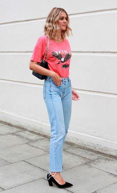 Street style look com camiseta e calça jeans.