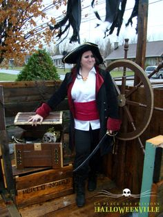 Une corsère à bord qui surveille son coffre au trésor - costume d'Halloween