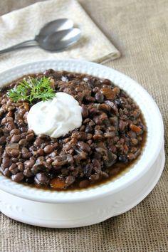 Slow Cooker Black Bean & Lentil Soup (Note: sub vegan sour cream & shredded cheese) Slow Cooker Black Beans, Slow Cooker Soup, Slow Cooker Recipes, Crockpot Recipes, Cooking Recipes, Veggie Recipes, Soup Recipes, Whole Food Recipes, Vegetarian Recipes