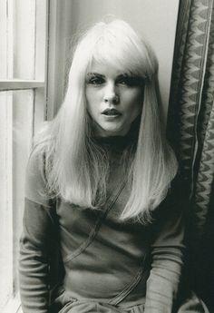 Debbie Harry.  Vocalista do Blondie e sempre maravilhosa.