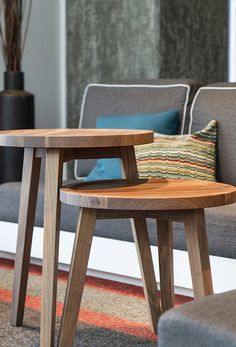 The Alt Hotel Montreal Griffintown is located in a large real-estate complex in one of the most lively districts of Montreal. Montreal Architecture, Architecture Design, Lobby Reception, Outdoor Chairs, Outdoor Decor, Hotel Lobby, Table Desk, Decor Interior Design, Wood Furniture