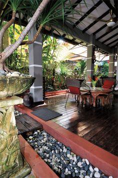 Anjung berbumbung yang dijadikan ruang istirahat bersama keluarga  kelihatan selesa di kelilingi tumbuhan tropika seperti Asplenium nidus, Cyathea latebrosa, Alpinia spp. serta ornamen-ornamen taman.