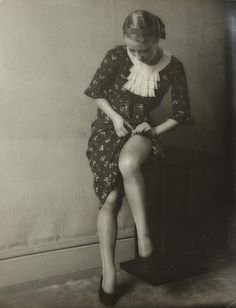 "enchantingflappers: "" Flapper adjusting her stocking "" Vintage Glam, Vintage Beauty, 1930s Fashion, Retro Fashion, Nylons, Lingerie Photos, Panzer, Portraits, Vintage Photos"