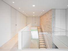 Soft neutral tones and clean lines, Villa Linari in Hamburg by Dibelius arch. Interior Exterior, Interior Architecture, Escalier Design, Modern Stairs, Dream House Exterior, House Stairs, Interior Design Magazine, Staircase Design, Detached House