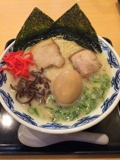 東京で博多とんこつラーメン 海苔と半熟たまごのトッピングが美味しかったです本場博多のとんこつスープに東京の方の舌に合うように少し隠し味を加えているそうです  @博多ラーメン由丸 九段下店 tags[東京都]