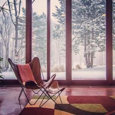 Winter in a Midcentury Mod dreamscape by FLW Via @dc_hillier:Frank Lloyd Wright's Penfield House located in Willoughby Hills, Ohio, 1953. Photo: Tim Si #mcmdaily #franklloydwright #penfieldhouse #hardoychair #butterflychair #usonian #usa mcmdaily.com