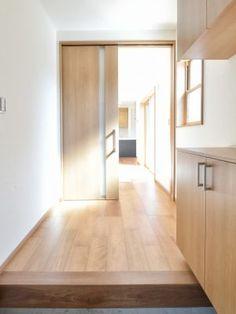 玄関ホールからリビングへは上吊り引き戸を採用。下レールがないバリアフリー設計です。#玄関 #設計 #自由設計 #新築 #新築一戸建て #家 #タチ基ホーム #名古屋