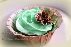 Groen combineert makkelijk met bruin.  #bruidstaart #cupcakes #zutphen Mooie kleuren voor een bruiloft, als je boven de veertig bent.