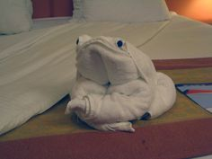 Community Post: 15 Examples Of Towel Origami Towel Origami, Fabric Origami, Napkin Folding, Paper Folding, Hotel Towels, Towel Animals, How To Fold Towels, Folding Laundry, Towel Crafts