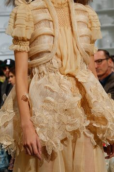 See all the Details photos from Schiaparelli Spring/Summer 2016 Couture now on British Vogue Style Couture, Couture Details, Fashion Details, Couture Fashion, Runway Fashion, Fashion Design, Fashion Ideas, Womens Fashion, Only Fashion
