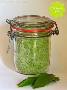 Bärlauchsalz: Zutaten: 500 g Meersalz,40 g frischer Bärlauch(gewaschen u getrocknet)etwas frisch gemahlener Pfeffer Bärlauchblätter zerkleinern, dann Salz dazugeben, weiterzerkleinern. ca 1 1/2 Tage durchziehen lassen u schütteln. Salz auf Backblech,50° 2-3 h trocknen lassen u in Glas umfüllen