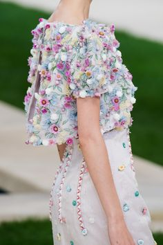 Sfilata Chanel Parigi - Alta Moda Primavera Estate 2019 - Dettagli - Vogue ✫♦๏☘‿TH Nov 28 , ༺✿༻☼๏♥๏写☆☀✨ ✤ ❀‿❀ ✫❁`💖~⊱ 🌹🌸🌹⊰✿⊱♛ ✧✿✧♡~♥⛩ ⚘☮️❋⋆☸️ ॐڿ ڰۣ(̆̃̃❤⛩✨真♣ ⊱❊⊰ ✤. Chanel Couture, Style Haute Couture, Spring Couture, Couture Details, Fashion Details, Fashion Design, Couture Week, Chanel Outfit, Chanel Fashion